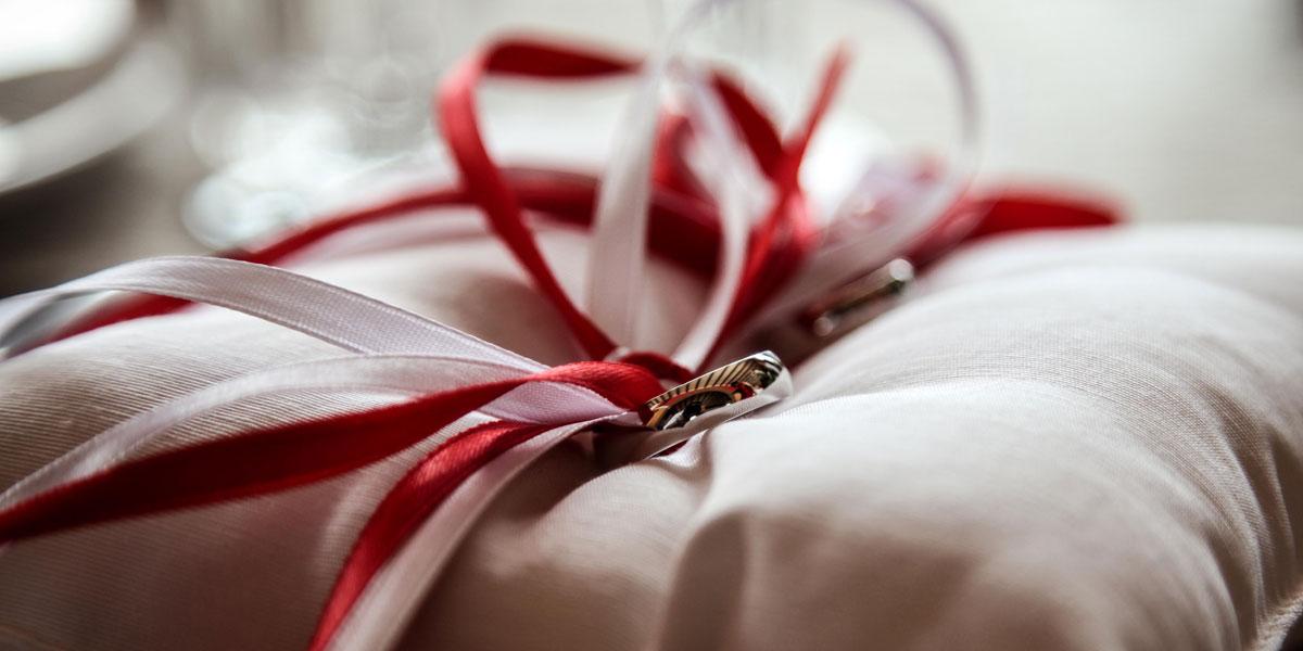 Dj James Hochzeiten - Eheringe auf Kissen